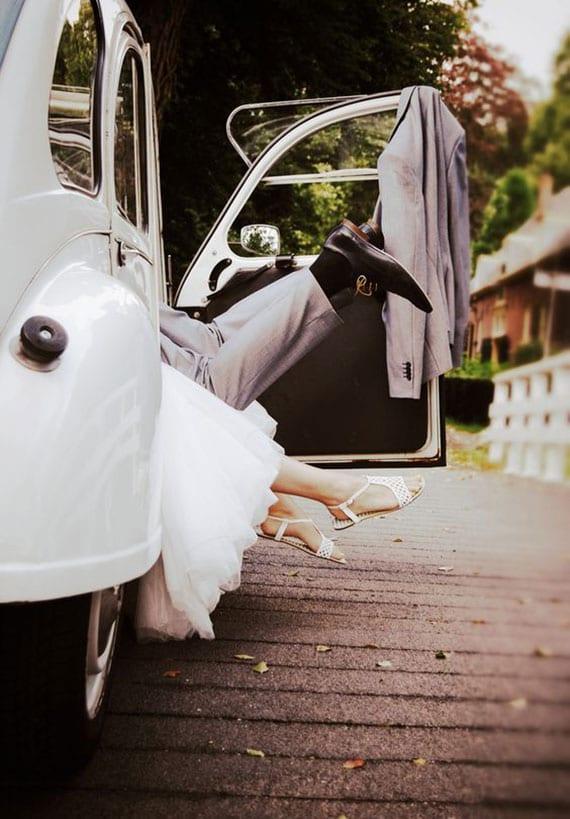 coole fotoidee für untypische brautpaar und auto fotos