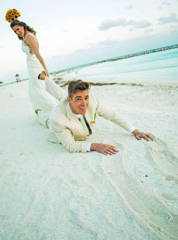 hochzeit fotoideen für lustige und indivieduelle brautpaar fotos am strand