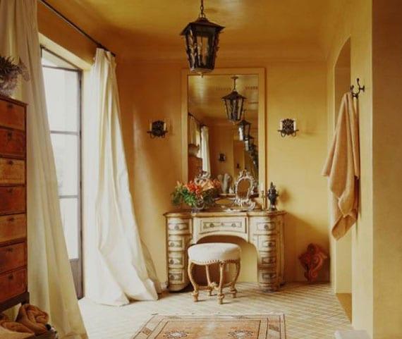 badezimmer idee mit doppeltür nach außen, wandfarbe gelb, holzregal, metalllaterne als hängelampe,toilettentisch mit wandspiegel und rundem hocker im klassischen stil