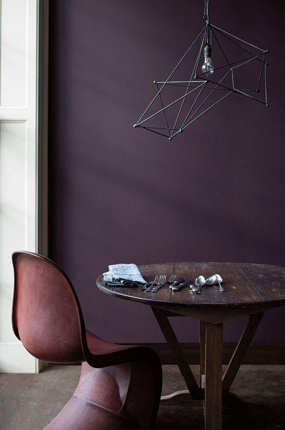 pflaume als zimmer farbe für schicke raumgestaltung mit dunklen holzmöbeln, weißen zimmertüren und moderner lampen aus metall