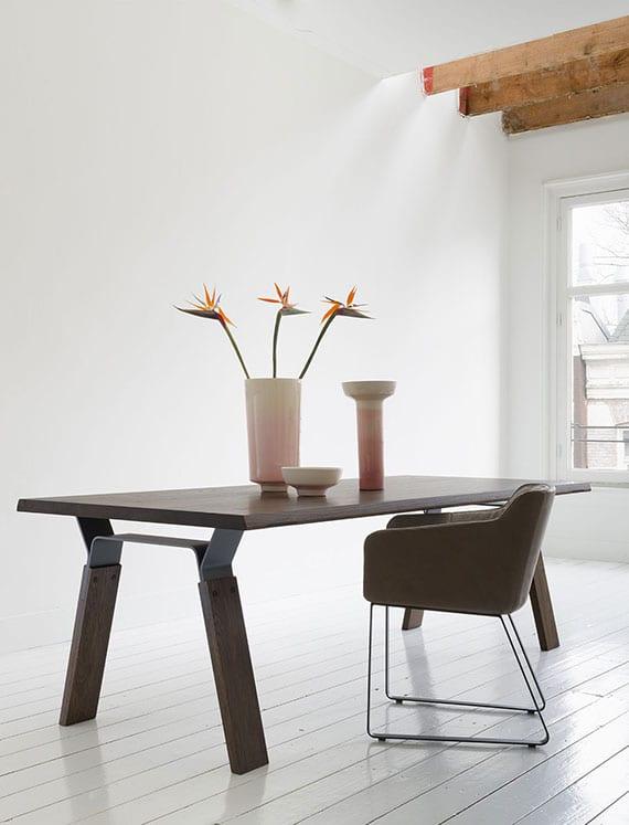 designerstühlen in braun und ausgefallener esstisch mit massiver holztischplatte und stahlfüßen für moderne einrichtung im weißen interieur