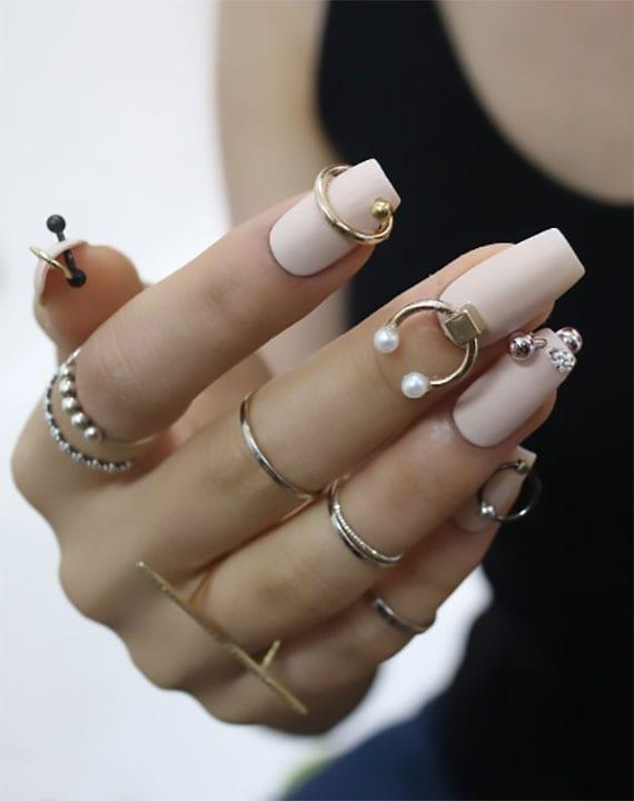 attraktive nagelkunst mit piercings für nägel