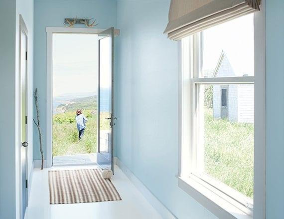 frische und helle farbgestaltung idee mit wandfarbe hellblau,fensterholzrahmen weiß textilien in beige