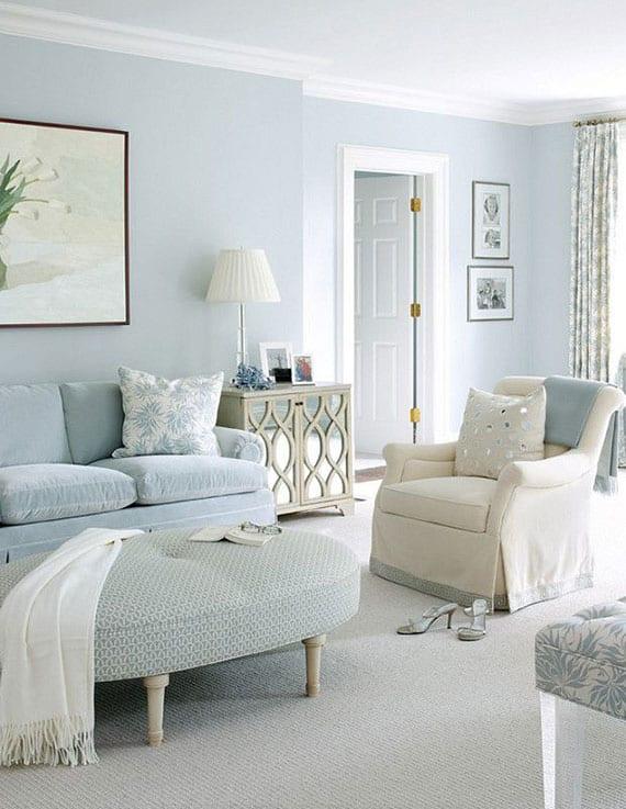 wohnzimmer gestalten mit wandfarbe hellblau, teppich weiß, sitzgruppe aus sofa hellblau und sessel beige