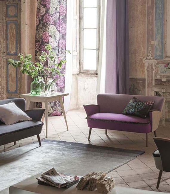 shabby chic interieur design mit modernen sofas in violett und grau, fliesenboden in creme, ombreteppich grau, weiße und lilafarbige gardinen mit blumenmuster