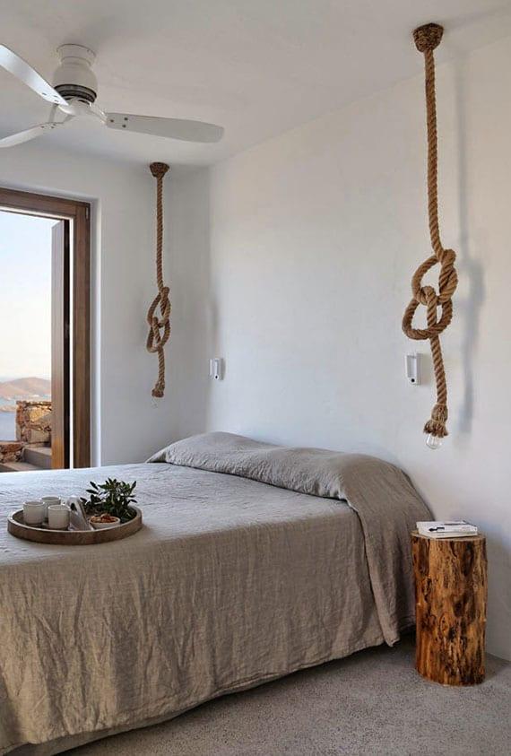 coole gestaltungsidee schlafzimmer mit diy seil-pendellampen und baumstumpf-nachttisch