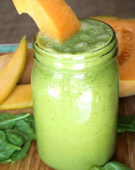 grüner smoothie mit spinat, melone, leinsamen und spirulina pulver als antioxidationsmittel