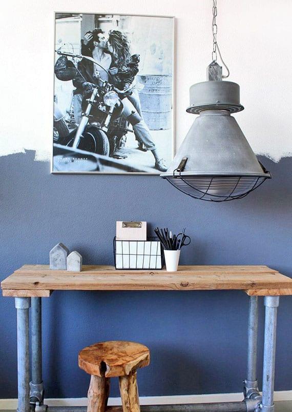 attraktive wand streichen idee mit wandfarbe blau und coole raumgestaltung im vintage stil mit metallhöngelampe grau, diy schreibtisch aus holz und metall, holzhocker rund