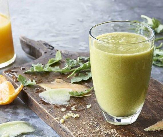 grüner smoothie mit Cantaloupe- und Honigmelone, Avocado, Rucola, Chia-Samen und Ingwer
