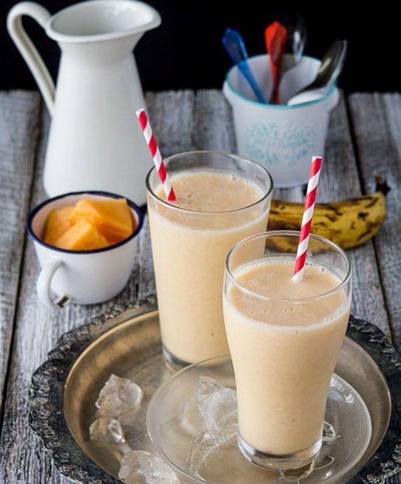 gesunder smoothie mit Joghurt, honigmelone, banane und Grünkohl