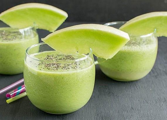 grüner smoothie mit Honigmelone, Mandelmilch, Banane und Chia-Samen
