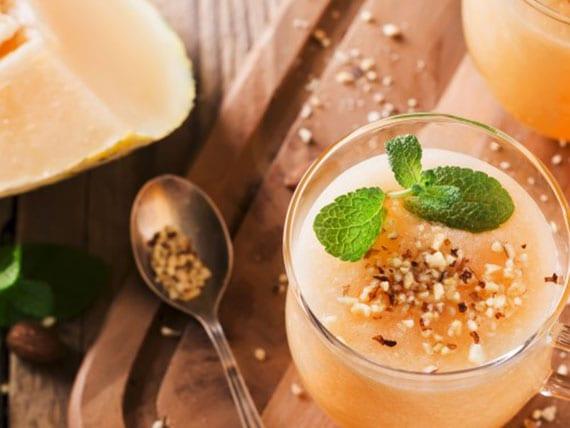 smoothie rezept mit mandelmilch, Cantaloupe-Melone, banane und gerösteten mandeln
