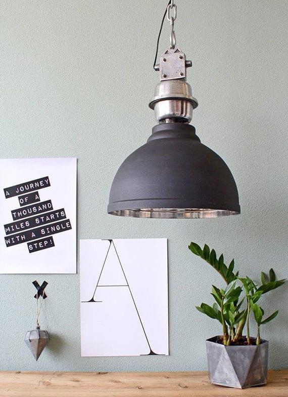 coole wanddeko idee und moderne raumgestaltung mit runder hängelampe aus metall über holztisch mit grüner pflanze in beton blumentopf