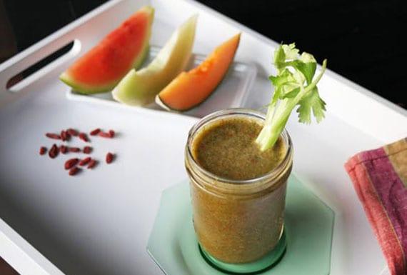melonen smoothie rezept mit sellerie, wassermelone, zwei sorten melone, spinat und kokosmilch