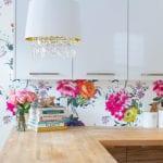 moderne wandgestaltung mit blumen tapeten für kleine wohnküche in weiß und holz