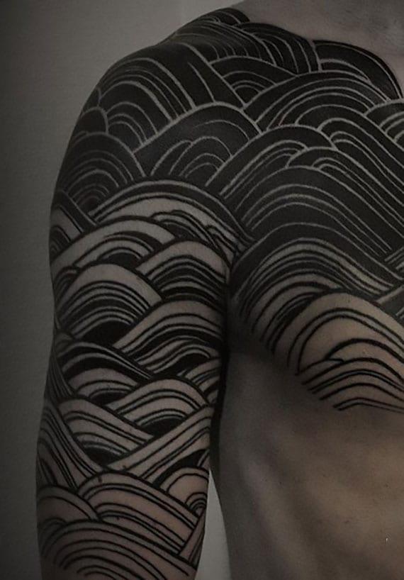 schulter-brust wellen-tätowierung als coole tattoo idee für männer