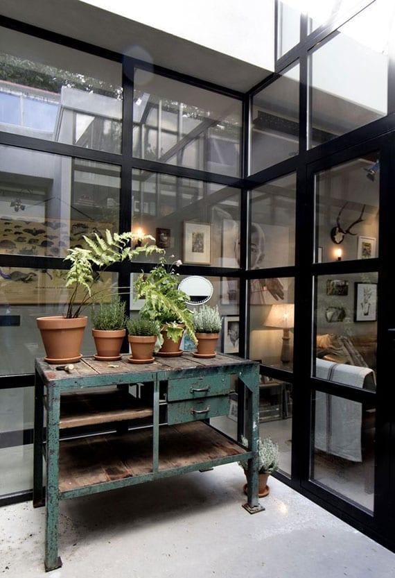 idee für wohnzimmer mit kleinem garten im atrium und natürliche beleuchtung über das dach