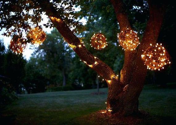 kreative lichtgestaltung garten und einfache bastelidee für diy drahtkugel-leuchten aus weinstöcken und lichterketten
