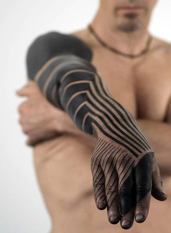 attraktive ärmel und hand tätowierung aus schwarzen linien