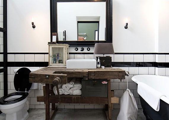 vintage bad design mit diy holzwaschtisch aus Hobelbank, wandspiegel im schwarzen Bilderrahmen, retro-dekoration, und industriellen wandlampen metall