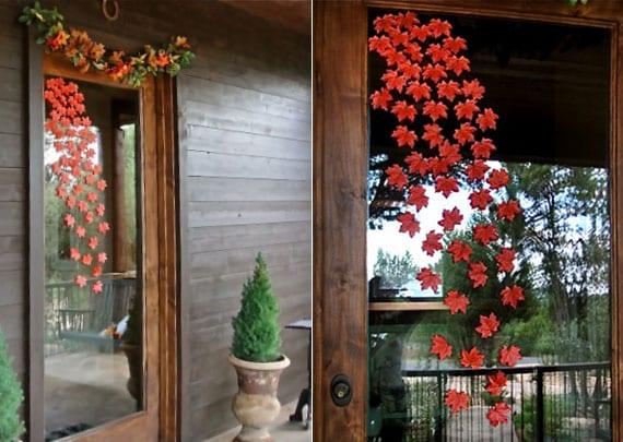 coole blätterfall-fensterdekoration mit künstlichen herbstblättern orange als tolle herbsdeko idee