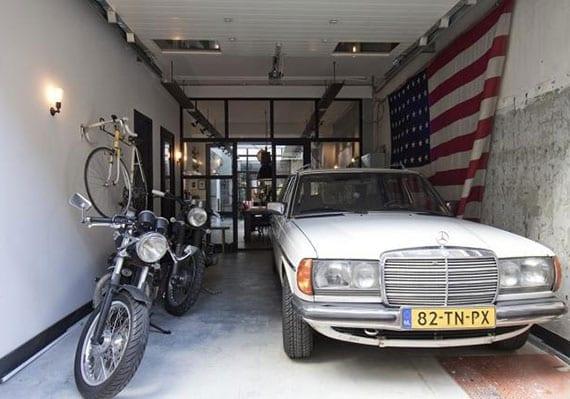 moderne wohnung mit glastrennwand zwischen garage und küche