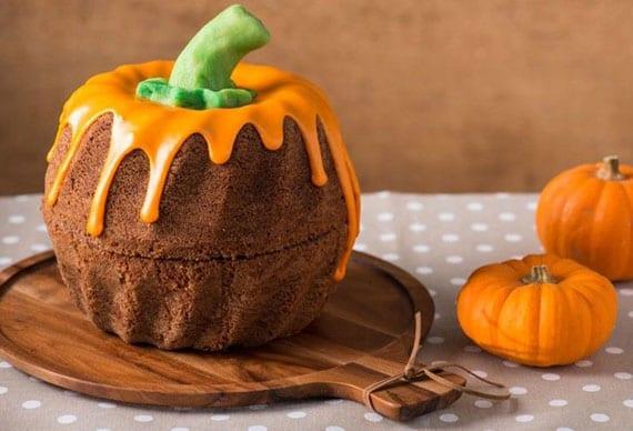 attraktive tischdeko idee zu halloween mit einem Kürbis-Kuchen