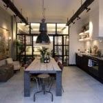küche stilvoll einrichten mit massivem esstisch holz,vintage-stühlen, schwarzen lampen, weiße fliesen und wandregalen