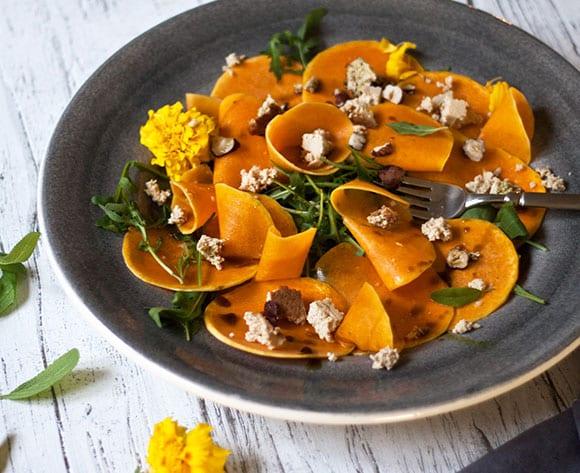 coole rezeptidee für Carpaccio aus Butternut Kürbis, Rucola, Haselnusstofu und Kürbiskernen