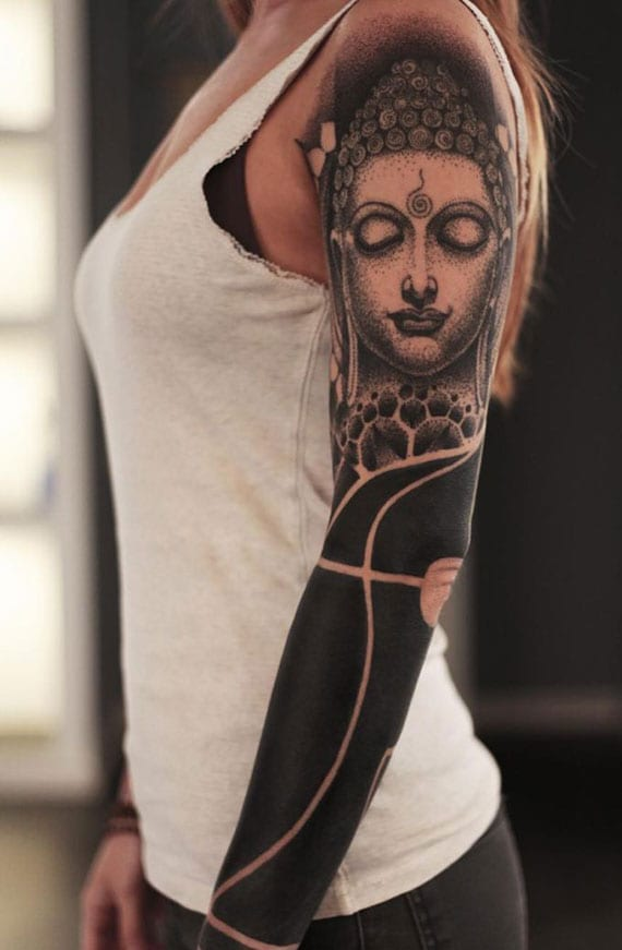 coole blackout tattoos für frauen mit buddha als dotwork-schulter-tätowierung
