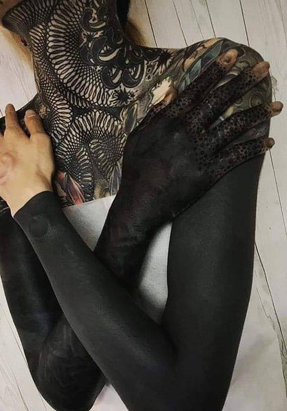 ganzkörper-tätowierung frau mit blackout-ärmel und hals-tattoo-design