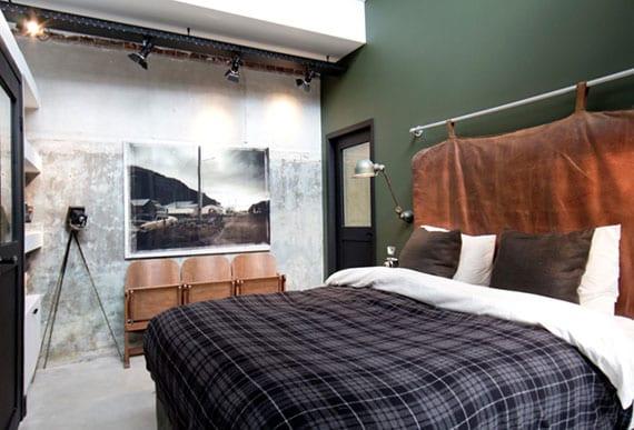 coole schlafzimmergestaltung mit wandfarbe grün, diy bettkopfteil aus rohr und lederkissen, holztraversenbank mit klappsitzen, schwarzen türen und deckenleuchten
