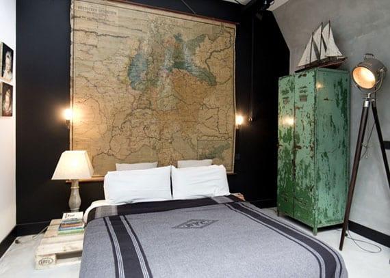 schlafzimmer attraktiv gestalten mit akzentwand in schwarz, palettenbett, diy weltkarte-kopfteil und grünem Spind-Kleiderschrank