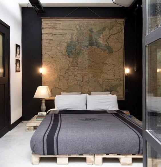 kleines schlafzimmer attraktiv gestalten mit diy palettenbett, schwarzer akzentwand mit alter weltkarte als kopfteil