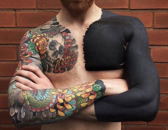 blackout-ärmel-tattoo und buntes ärmel-tattoo mit blumen und totenkopf