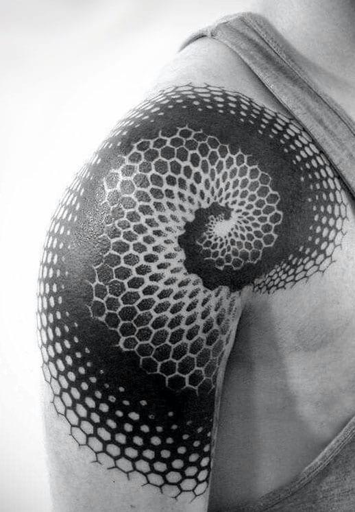 originelle tattoo idee für blackout-spirale-tattoo aus polygonen