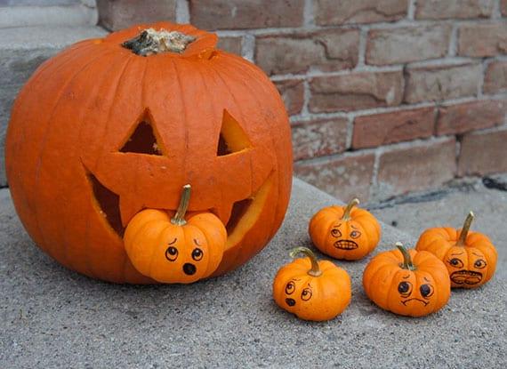 tolle halloween deko basteln mit großem Jack-0-lantern und kleinen orangen zierkürbissen