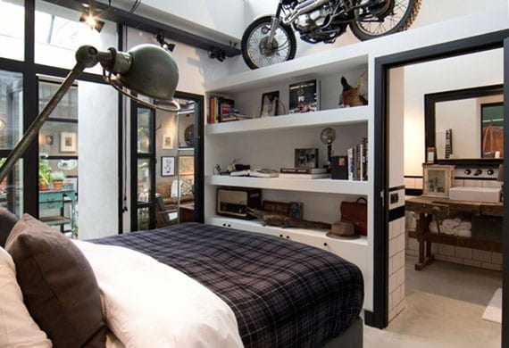 kleines schlafzimmer mit eigenem bad kreativ gestalten in schwarz und weiß, mit eingebautem wandregal und industriellen lampen