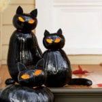 halloween eingangsbereich dekoration mit scharzen katzen-laternen