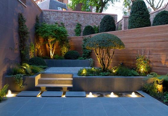 tolle garten idee für moderne gestaltung kleiner gärten mit lichteffekten, wasserdeko und terrassierter begrünung