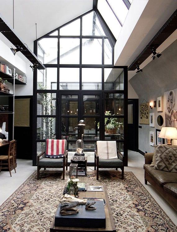 coole wohnzimmer idee mit kleinem atrium hinter glaswänden als mini-garten im wohnraum