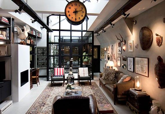 vintage wohnzimmer design mit kamin, diy beistelltisch aus alten koffern, industriellen wandlampen und scheinwerfern,metallgitter-fensterrahmen
