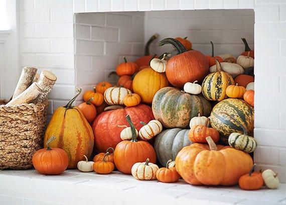 attraktive kamin dekoidee zu halloween mit aller art kürbissen