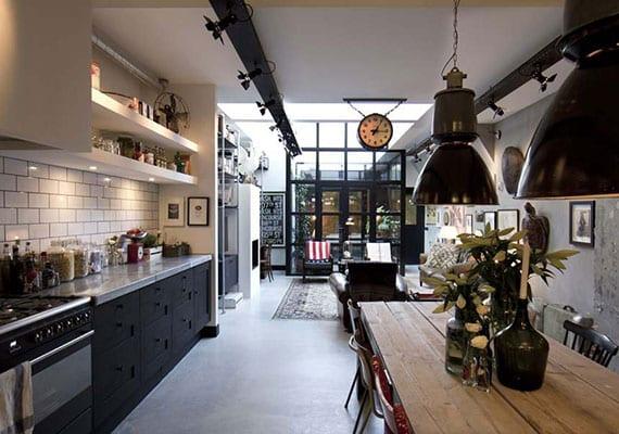 kreative einrichtung im schwarz und weiß für wohnesszimmer mit küche, kamin, atrium und oberlichtern