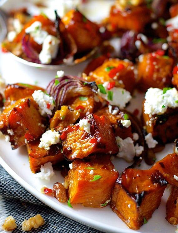 herbst rezept für gerösteten kürbis mit rotem zwiebel, käse, walnüssen, chili schote und petersilie