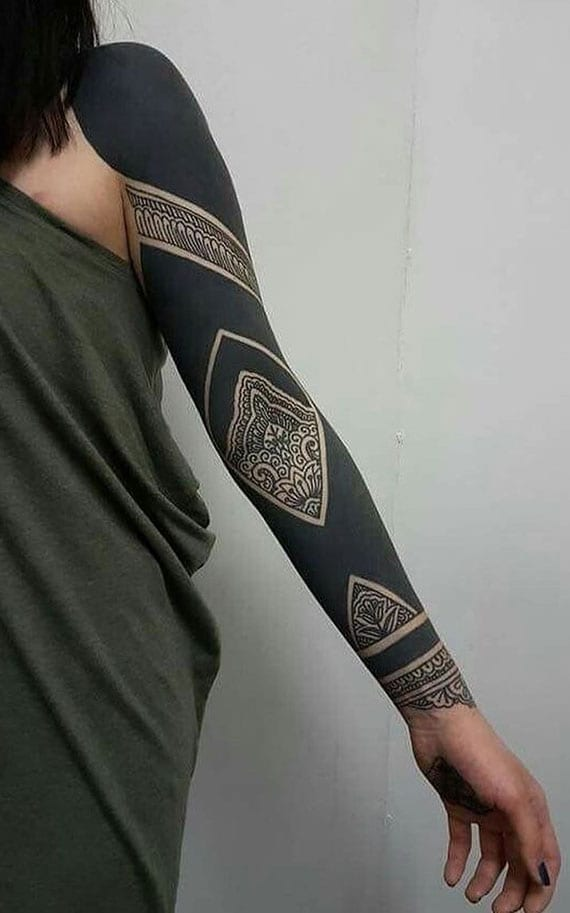 Solid Black Tattoo: 100 Inspirationen für mutige schwarze