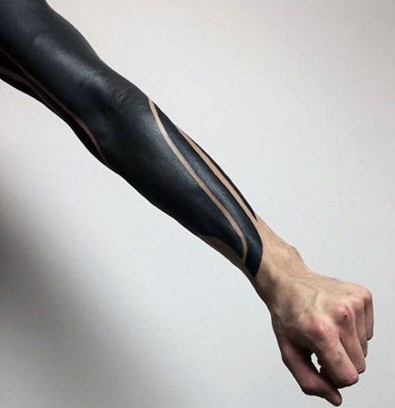 männer tattoo ideen für blackout-Ärmel-Tattoo ganz schwarz
