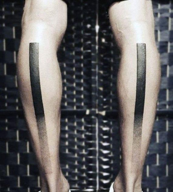 Unterschenkel Blackout Tätowierung als dicke schwarze linien