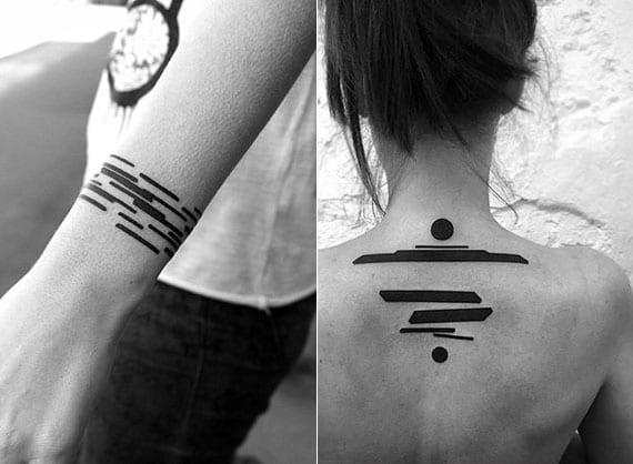 abstrakte schwarze tattoos als idee für schlichte blackout-tätowierungen als armband und rücken-tattoo