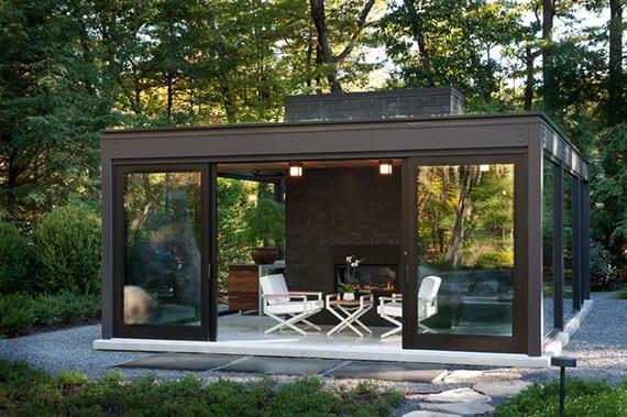 garten attraktiv gestalten mit glas-pavillion auf kiesboden als idee für ein traumhaftes sommer-wohnzimmer im freien